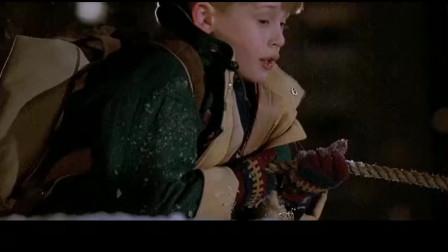 小鬼当家2:大盗顺着绳子要爬下高楼,不想绳子上沾满了煤油