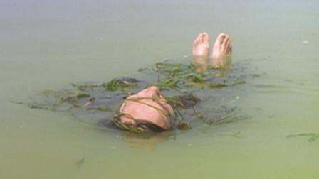 姐妹俩在河边洗澡,妈妈的尸体突然飘过来,不料姐姐狠心的一脚踢走了