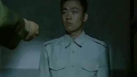 士兵突击:纠察为看守连队的老兵送行,不再计较宿舍内抽烟