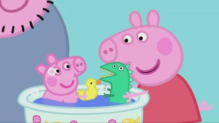 佩奇拿着恐龙先生来和浴缸内的小宝宝玩