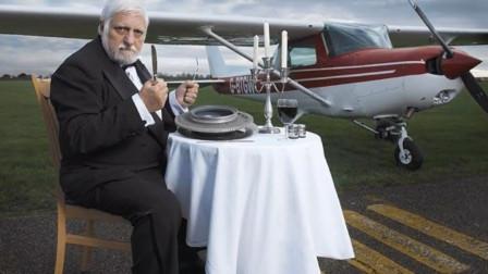 食物链最顶端的男人,直播生吃一整架螺旋桨飞机!连贝爷都甘拜下风!