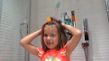 萌娃小萝莉正在洗澡,但为什么洒出来不是水而是小球球呢?
