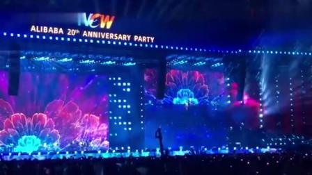 朴树现身阿里巴巴二十周年年会 现场演唱《生如夏花》