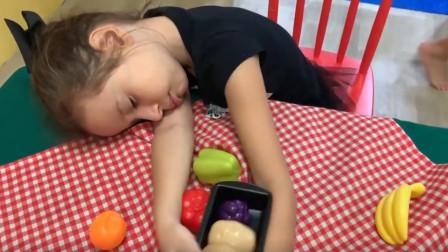 越看越好玩!为何小萝莉去游乐园睡觉?最后妈妈也睡着了,咋回事?