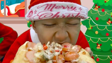 萌娃小正太正在吃美味的披萨,也太好吃了吧!