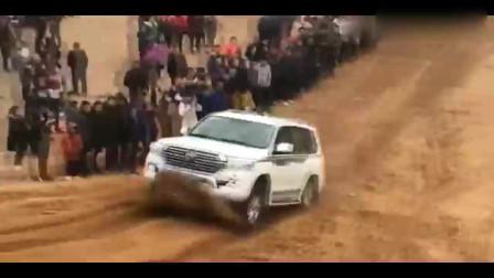丰田陆巡都爬不过的坡,面包车来挑战,瞬间差距就出来了!