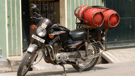 把摩托油箱换成煤气罐可行吗,老外作死尝试,还真让他跑起来了