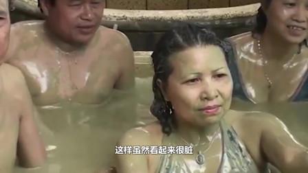 """越南男女""""共浴""""很流行,光着身体不怕脏,游客争相前往体验"""