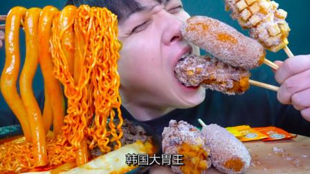 韩国大胃王:一次吃8包火鸡面+热狗套餐,连吃三个热狗,真替你胃疼