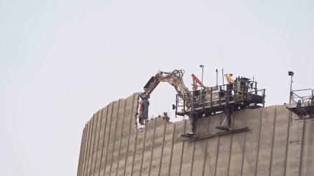 """冷却塔拆除现场,挖掘机爬上去就开始""""啃"""",它是如何做到的!"""