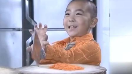爷爷应聘厨师被拒,五岁孙子气不过也去应聘,一手刀法把大厨看懵了