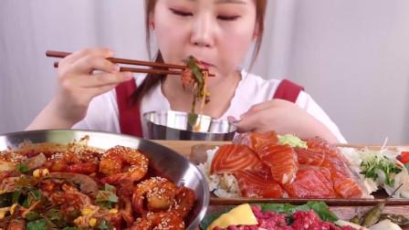 小姐姐吃香辣锅,配着生鱼块和生牛肉,放一个生鸡蛋,小姐姐口味独特