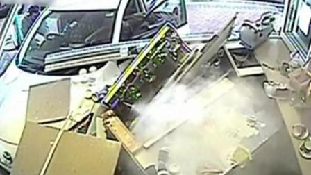 90岁老人驾车时发生意外 竟然撞入一间咖啡店店超惊险