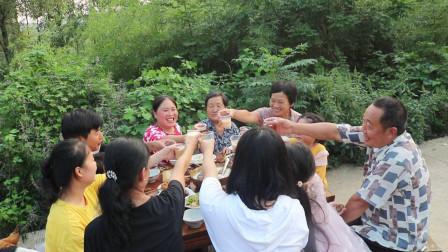 胖妹晒中秋晚餐,10菜一汤真馋人,11人围一桌,边吃边喝好热闹