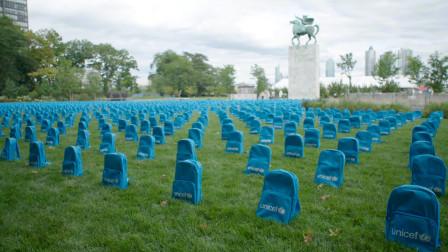 """""""书包墓园""""出现在联合国总部,纪念冲突地区死亡的儿童"""