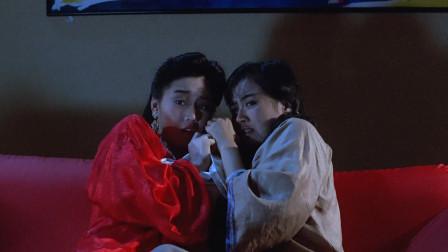 两个古代女鬼来到现代,看到电视里的鬼片,吓了一跳!