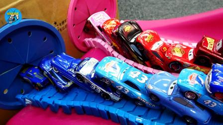 甲壳虫玩具,小汽车粉色跑道,托马斯火车头和猫咪玩游戏,亲子互动悠悠玩具