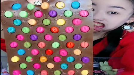 小姐姐直播无唇吃巧克力豆,一口咬下去超满足,网友:幸福的味道