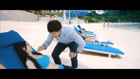 蓝燕躺在海边,被人催眠后在她身上贴了一个小广告
