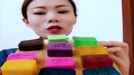 小姐姐直播吃彩色月饼果冻巧克力,看着真过瘾,是我向往的生活