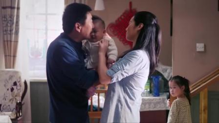 父亲有了亲生女儿,立马对养女态度大变,母亲都看不下去了!