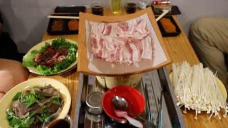 真香!吃货老板国外发现瓦片烤肉,回国开店用红泥瓦片烤五花肉
