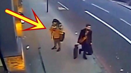 外国女孩只顾低头玩手机,危险悄悄临近,她毫无所觉!