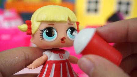 小猪佩奇:LOL惊喜娃娃25个洞拆拆乐玩乐,迷你娃娃穿搭换不停!