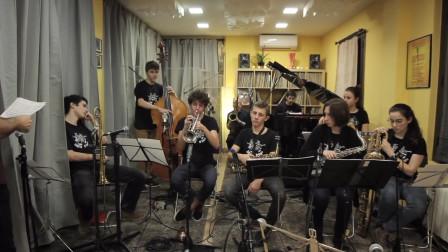 爵士乐队的乐手必须有严谨的默契还得有高超的技术