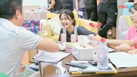 """《青春斗》花絮:郑爽嗑着瓜子和导演""""唠嗑"""",坐姿大姐范十足"""