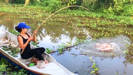 野外河里鱼多无人钓,农村妹子出来钓一钓,看看她钓了多少?