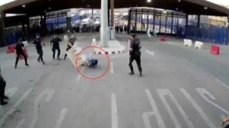 警局竟被一名男子闯入 一边挥刀袭击警员