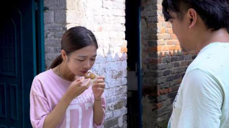 丈夫在嘴巴上抹了油,只为把自己买的鸡腿留给妻子吃,太感人了