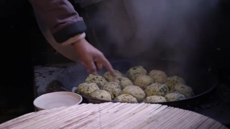 小伙蒸锅杂粮馒头,热气腾腾,看着很好吃。