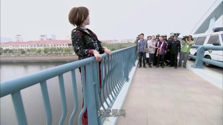 叛逆女跳桥威胁母亲给钱,过路小伙:长的这么丑让她跳!下秒贼逗
