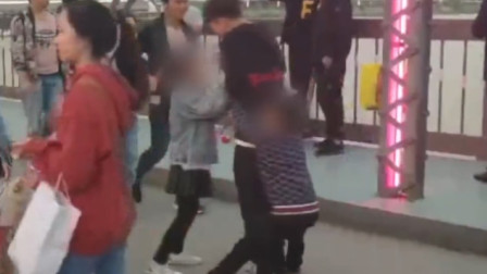 景点内儿童抱路人大腿强行卖花 城管:由家长组织