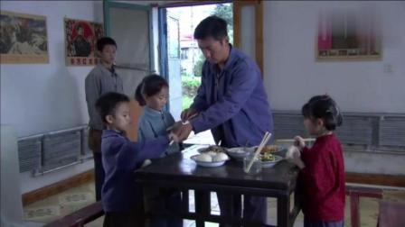 3个小孩进城找亲人, 饿极了竟抢大叔的馒头, 大叔的做法让人感动