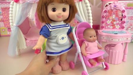 咪露娃娃需要同时照顾两个小芭比,她实在是太辛苦了