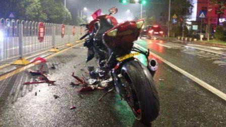 摩托车为逃避检查掉头逆行撞上绿化带 司机受伤