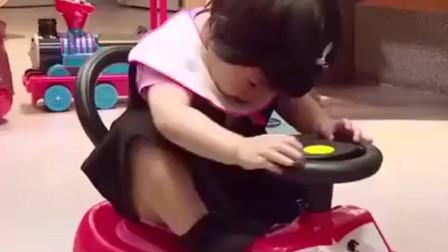妈妈是超人:波妞从玩具车上摔下大哭,贾静雯体现高情商一句话。