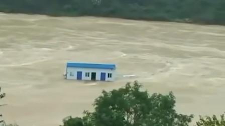 """陕西安康遭遇洪水 汉江洪流中惊现""""漂流""""房屋"""