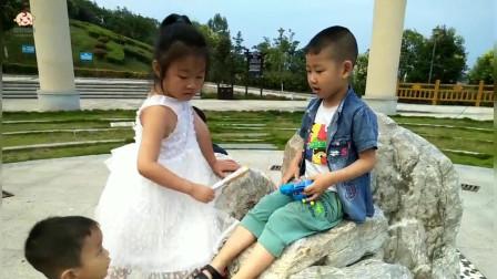 读大班的小朋友在公园认识了一个读三年级的姐姐,俩人玩的可开心了