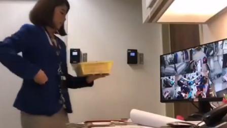 银行女职员把存款塞进口袋 客户被偷竟无察觉