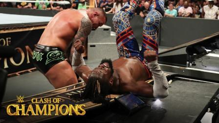 【2019 冠军争霸大赛】兰迪奥顿将科菲逼到护栏释放DDT 爆桌解说台