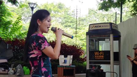 街头艺人小红演唱《冲动的惩罚》,劲歌热舞吸引路人围观