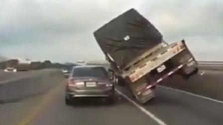 交通事故合集:眼看轿车司机命悬一线,不料大货车的这波操作绝了