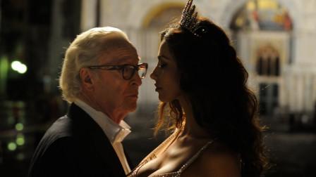 老人被年轻的活力吸引,每个优雅的老人心里,都住着一颗不老的心