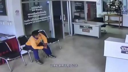 男子坐在椅子上,意外突然发生,要不是监控谁会相信?