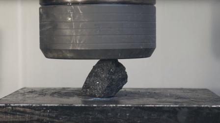 老外脑洞大开,使用液压机使碳变成钻石,看完让人哭笑不得