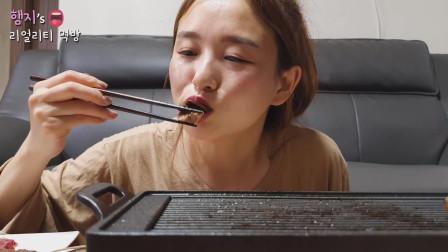 小姐姐在家吃烤肉配泡菜和小酒,大口吃的超过瘾,吃相诱人